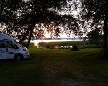 Asuntoautot ja -vaunut / leirintä